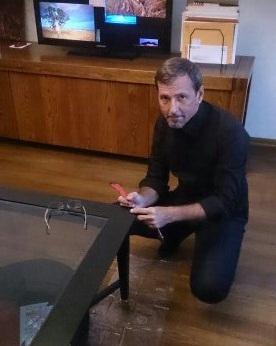 Наш опытный мастер реставрации мебели