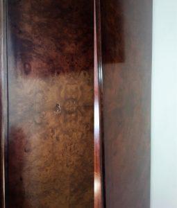 Реставрация выбоины на шкафе