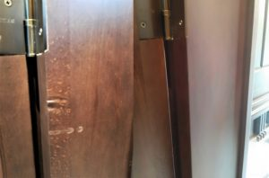 Реставрация вмятин на косяке двери